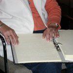 Lesende Finger gleiten über Blindennotenschrift