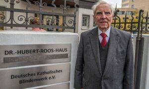 Dr. Hubert Roos vor dem Eingang des DKBW Gebäudes