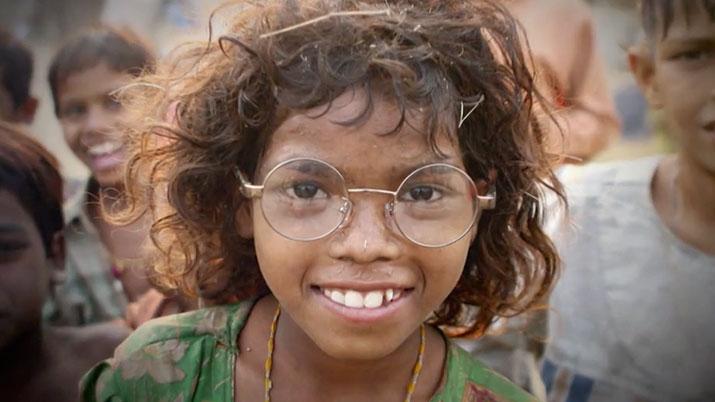 Lächelnde Person mit Brille