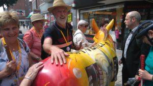 Teilnehmer ertasten das Wahrzeichen der Stadt Wesel