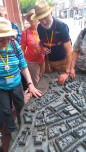 Teilnehmer inspizieren das taktile Modell einer Stadt