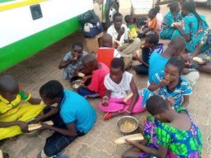 Schülerinnen und Schüler sitzen beisammen und essen gemeinsam